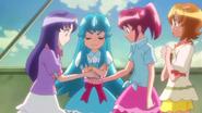 Megumi entregandole un Cure Line a Iona