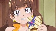 11.Kirara sosteniendo los chocolates