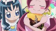 Tsubomi disfrutando de las fotografías tomadas por el padre de Erika