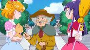 04. Un extraño anciano hablando de la estatua a las chicas