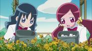 Tsubomi y Erika observando las flores que estan al cuidado de la presidenta del club de jardinería