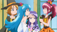 Yuko le da una bebida a Megumi