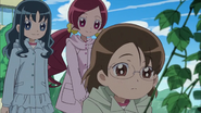 Tsubomi le dice a Aya que las plantas van a crecer bien