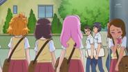Mayumi se esconde detras de un poste