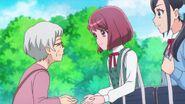 Nodoka y Chiyu ayudan a una anciana a recoger su cambio