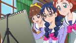 Kirara and Haruka watching Yui draw