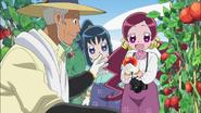 Tsubomi recolectando tomates junto a Erika y Tadashi