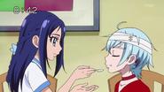 Rikka dandole la comida a Ira