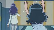 Erika trata de evitar que su madre habra las cortinas