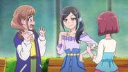 Chiyu nota la intención de Hinata al llevarlas al centro comercial