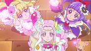 Miracle, Magical y Felice agitando las Luces Kirakiraru milagrosas