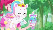 Fuwa comiendo un Parfait Unicornio de la Pluma Destello Brillante
