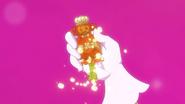 Flora saca el cuerpo de su llave