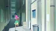 Kotoha corriendo en un callejon