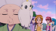 Yuko invita a la anciana a ir a comer a la tienda