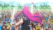 Misaki cantando frente a la multitud