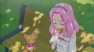 Kotoha comiendo una de sus galletitas.