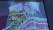 Kotoha durmiendo con Mirai y Mofurun.
