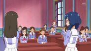 02. Yui y Riko comentando a la clase que decidieron realizar una obra de teatro