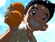 Daiki recoge naranjas