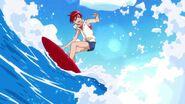 Akira surfeando