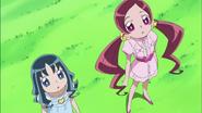 Tsubomi y Erika impresionadas al estar frente al Árbol Corazón
