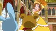 Yuko acepta bailar con los peluches