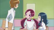 Itsuki les dice a Tsubomi y Erika que ha diseñado ropa para Yuri
