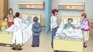 Padre de mana ayudando en el hospital