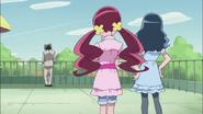 Tsubomi y Erika deciden ayudarlo improvisando una actuación
