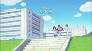 Las chicas salen fuera para ir con el Árbol Corazón