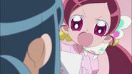 Tsubomi le exige a Erika que le muestre sus fotos familiares