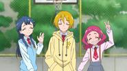 HuPC04.33-Saaya, Homare y Hana aceptando los agradecimientos de los niños