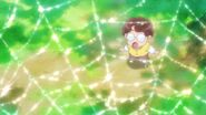Michio de joven observando una tela de araña con rocio