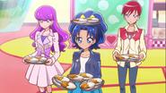 Aoi, Akira y Yukari cargando curry