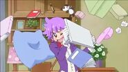 Haruka y Yui le lanzan cosas a aroma