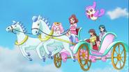 Las Go! Princess viajando al reino harmonia en un crruaje