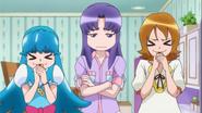 Hime y Yuko prueban las galletas