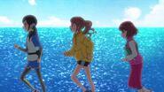 Las chicas corriendo por la playa