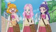 Las chicas caminando hacia la escuela