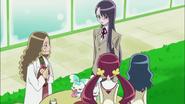 Tsubomi, Erika y Yuri deciden ir a comprar mas bollos