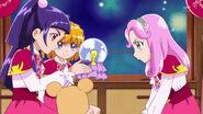 Las chicas mirando al Cristal