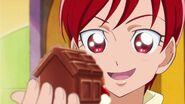 Akira observando su chocolate en forma de perro
