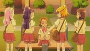 Mirai apoyando a Mayumi