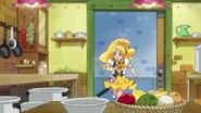 Honey busca el interruptor en la cocina