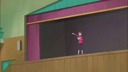 Azusa practicando sola en el escenario