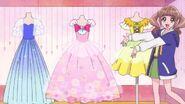 Hinata presenta los vestidos a sus amigas