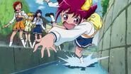 Miyuki cayendose a un alcantarillado