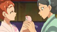 Haruka obsequiandole a Reiko un peluche