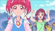 HuPC49.13-Hikaru viendo a los Cures pelear mientras Kotori alienta en el fondo